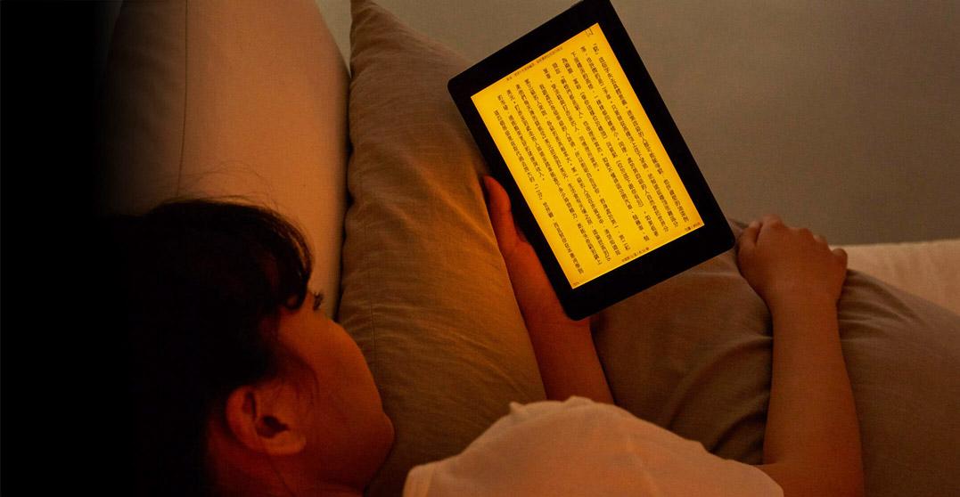 mooInk Plus 7.8 吋電子書閱讀器 閱讀燈開啟
