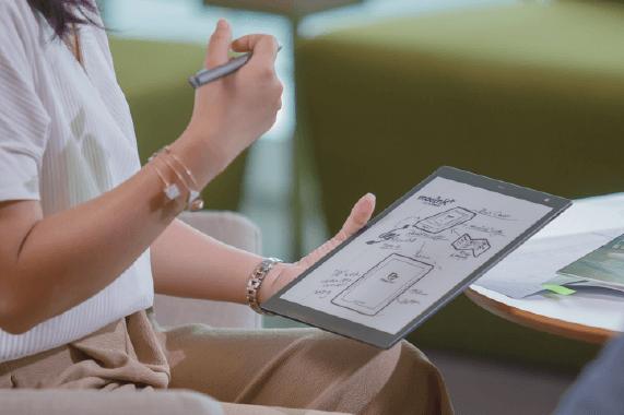 防滑軟性面板 書寫筆觸與紙張相同,同時提升耐摔程度